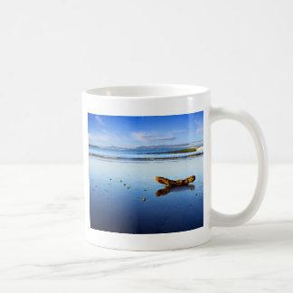 Schöne Strand-Szene an der Dämmerung Kaffeetasse
