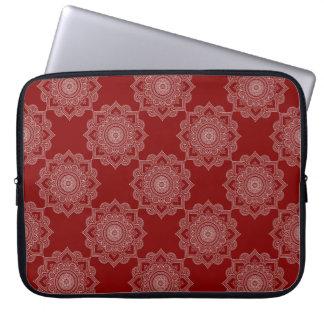Schöne weiße Mandala-Blume auf Rot Laptopschutzhülle