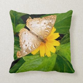 schöne weiße Schmetterlingsmotten-Gelb-Blume Kissen