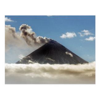 Schöner Eruption Klyuchevskoy Vulkan. Russland Postkarte