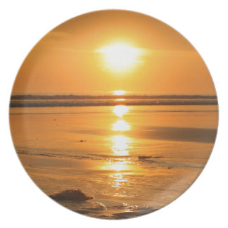 Schöner orange Sonnenuntergang am Strand in Bali Melaminteller