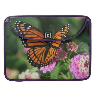 Schöner Schmetterling auf Lantana-Blume MacBook Pro Sleeve