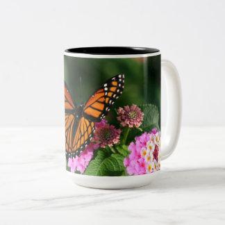 Schöner Schmetterling auf Lantana-Blume Zweifarbige Tasse