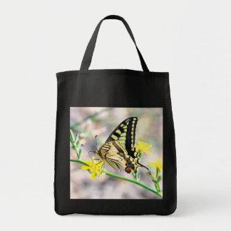 Schöner Schmetterling und gelbe Blumen Tragetasche