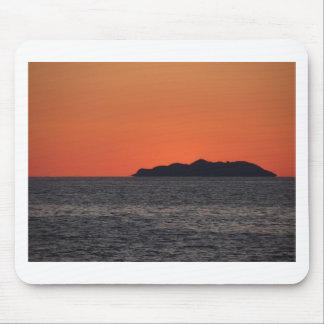Schöner Seesonnenuntergang mit Insel-Silhouette Mousepad