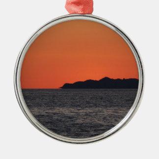 Schöner Seesonnenuntergang mit Insel-Silhouette Silbernes Ornament