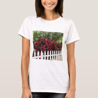 Schöner Sommer-Garten; Pfosten-Zaun T-Shirt