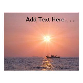 Schöner Sonnenuntergang über Ozean mit Schiff Flyer Druck