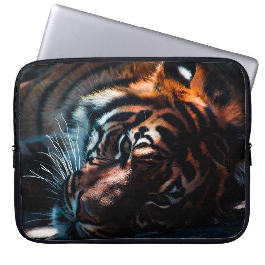 Schöner Tiger, der auf seiner Seitenlaptop-Tasche Laptop Sleeve