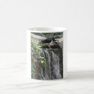 schöner Vogel auf Wasserfall Kaffeetasse