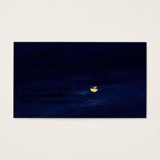 Schöner Vollmond in den blauen Mitternachtswolken Visitenkarte