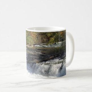 Schöner Wasserfall-trinkende Tasse