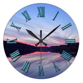 Schöner Wildnis-Sonnenuntergang über See-Foto Große Wanduhr