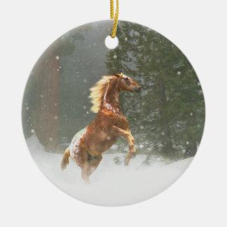 Schönes aufrichtenappaloosa-Pferd im Schnee Keramik Ornament