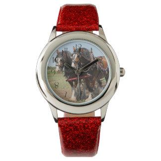 Schönes clydesdale Pferdepflügen Armbanduhr