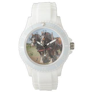 Schönes clydesdale Pferdepflügen Uhr