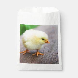 Schönes flaumiges gelbes Huhn Geschenktütchen