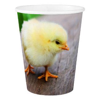 Schönes flaumiges gelbes Huhn Pappbecher