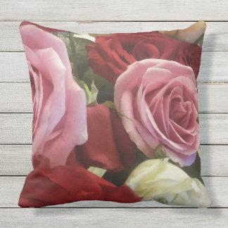 Schönes Rosa, Weiß und Rote Rosen herauf nahen Kissen Für Draußen