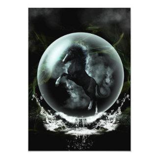 Schönes schwarzes Pferd in einer Blase