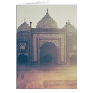 Schönes Taj Mahal an einem nebeligen Tag Karte