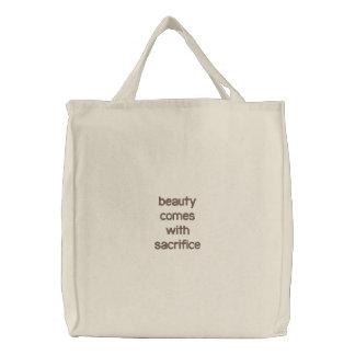Schönheit kommt mit Opfer Taschen