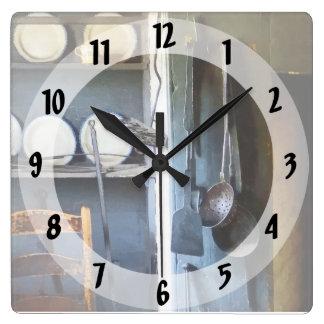 Schöpflöffel und Spachtel in der Küche Quadratische Wanduhr