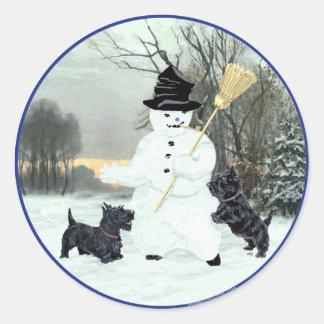 Schottische Terrier errichten einen Schneemann Runder Aufkleber