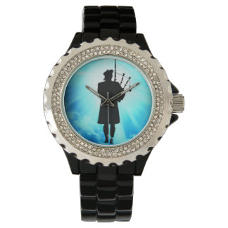 Schottischer Pfeifer in den Wolken Uhr