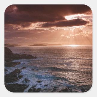 Schottischer Sonnenuntergang, Nordküste von Quadratischer Aufkleber