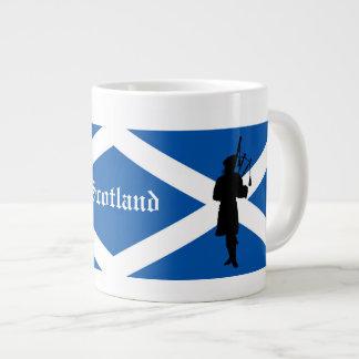 Schottland-Pfeifer-Silhouette/St- Andrewsflagge Jumbo-Tasse