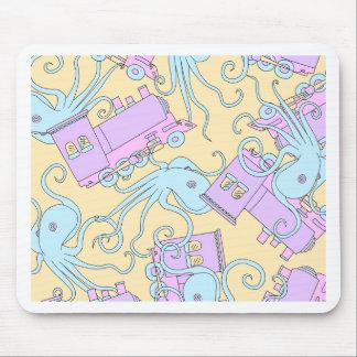 Schrullige Kraken-/Zug-Collage Mousepad