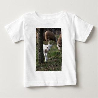 Schüchternes Lamm Baby T-shirt
