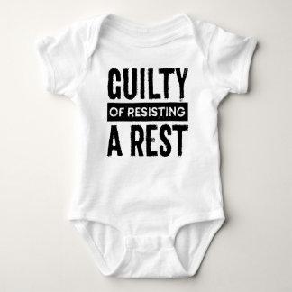 Schuldig vom Widerstehen eines Baby Strampler