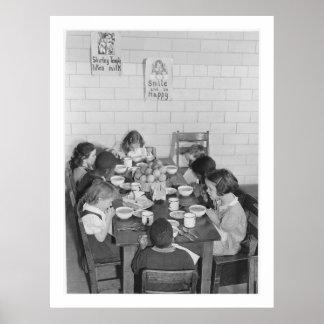 Schulkinder, die das Mittagessen - Vintag essen Poster