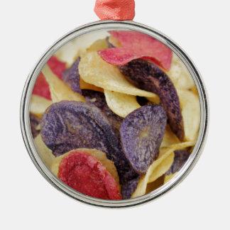 Schüssel der Mischkartoffelchip-Nahaufnahme Rundes Silberfarbenes Ornament