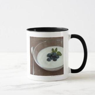 Schüssel Jogurt mit Blaubeere auf Tabelle Tasse