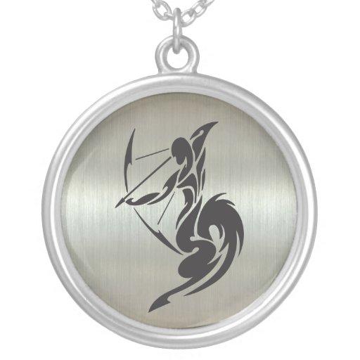 Schütze-Bogenschütze-Silhouette mit metallischem E Amuletten