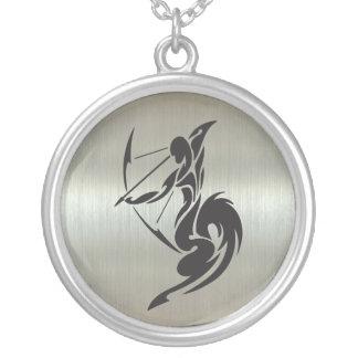 Schütze-Bogenschütze-Silhouette mit metallischem Halskette Mit Rundem Anhänger