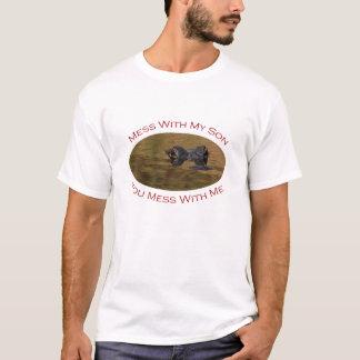 Schützendes Elternteil mit Sohn T-Shirt
