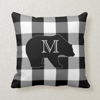 Schwarz-weißer Bär des Büffel-Karo-  mit Monogramm Kissen