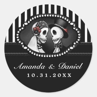 Schwarz-weißer Hochzeits-Skelett-Streifen nennt um Runder Aufkleber
