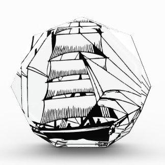 Schwarz-weißes Segelboot großartig Auszeichnung
