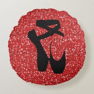 Schwarze Ballett-Pantoffel auf rotem Rundes Kissen