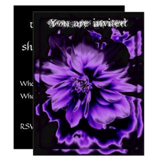 Schwarze Einladung mit lila Blume
