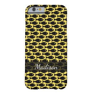 Schwarze Fische in einem Meer von Gelbem, Muster Barely There iPhone 6 Hülle