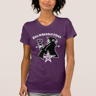 Schwarze gekleidete Hexe mit Chalice und Pentagram T-Shirt
