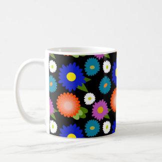 Schwarze Hintergrund-Blumen-niedliches weibliches Kaffeetasse
