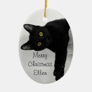 Schwarze Katze entspannend und gekühlt heraus Ovales Keramik Ornament