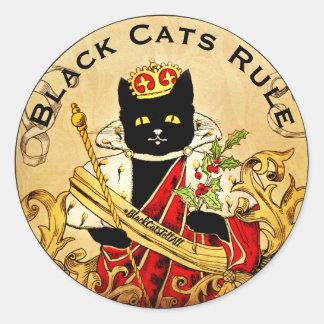 Schwarze Katzen ordnen die Welt königlich an Runder Aufkleber